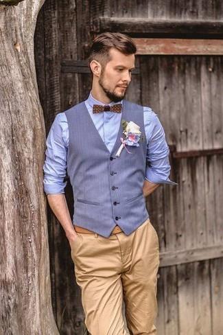 Combinar un chaleco de vestir celeste: Intenta ponerse un chaleco de vestir celeste y un pantalón chino marrón claro para rebosar clase y sofisticación.