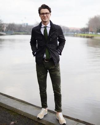 Cómo combinar: tenis en beige, pantalón chino de camuflaje verde oscuro, camisa de vestir blanca, chaqueta campo negra