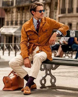 Cómo combinar un pantalón chino con un mocasín con borlas: Considera ponerse una chaqueta campo de ante en tabaco y un pantalón chino para cualquier sorpresa que haya en el día. Mocasín con borlas proporcionarán una estética clásica al conjunto.
