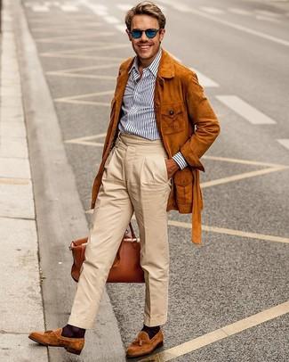 Cómo combinar un pantalón chino con un mocasín con borlas: Usa una chaqueta campo de ante en tabaco y un pantalón chino para una apariencia fácil de vestir para todos los días. Dale un toque de elegancia a tu atuendo con un par de mocasín con borlas.
