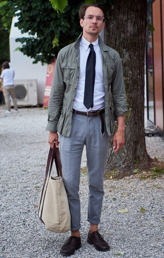 Combinar una bolsa tote de lona en beige: Intenta ponerse una chaqueta campo en verde menta y una bolsa tote de lona en beige transmitirán una vibra libre y relajada. ¿Te sientes valiente? Opta por un par de zapatos derby de cuero morado oscuro.