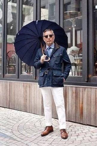 Combinar unos zapatos derby de cuero marrónes: Ponte una chaqueta con cuello y botones azul marino y un pantalón chino blanco para una vestimenta cómoda que queda muy bien junta. ¿Te sientes valiente? Complementa tu atuendo con zapatos derby de cuero marrónes.