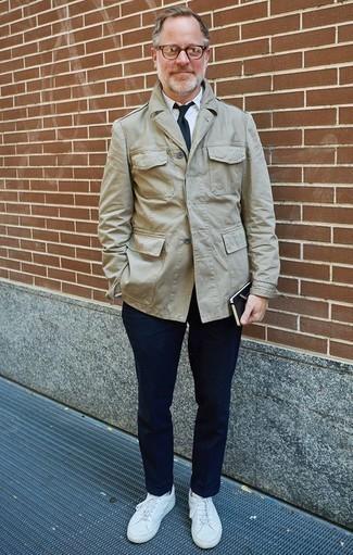 Combinar un pantalón chino azul marino: Intenta ponerse una chaqueta militar en beige y un pantalón chino azul marino para cualquier sorpresa que haya en el día. Para el calzado ve por el camino informal con tenis de cuero blancos.