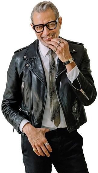 Cómo combinar: corbata estampada gris, pantalón chino negro, camisa de vestir blanca, chaqueta motera de cuero negra