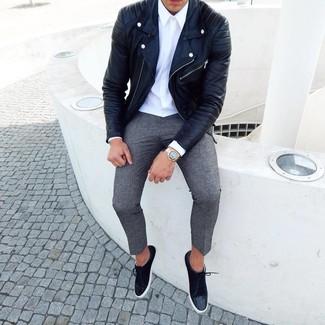 Cómo combinar: tenis de ante negros, pantalón chino de lana gris, camisa de vestir blanca, chaqueta motera de cuero negra
