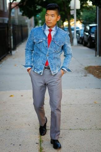 Cómo combinar: zapatos derby de cuero negros, pantalón chino gris, camisa de vestir a cuadros blanca, chaqueta vaquera azul