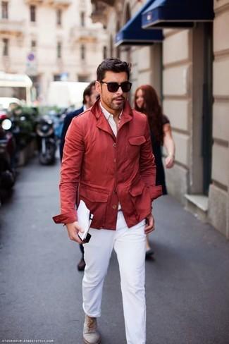 Cómo combinar: botas safari de ante grises, pantalón chino blanco, camisa de vestir blanca, chubasquero rojo