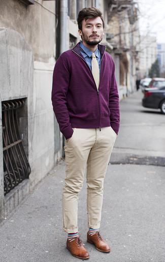 Cómo combinar: zapatos brogue de cuero marrónes, pantalón chino en beige, camisa de vestir de cambray azul, jersey con cremallera morado oscuro