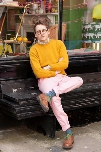 Combinar un jersey con cuello circular mostaza: Ponte un jersey con cuello circular mostaza y un pantalón chino rosado para un look diario sin parecer demasiado arreglada. Con el calzado, sé más clásico y completa tu atuendo con zapatos derby de cuero marrónes.