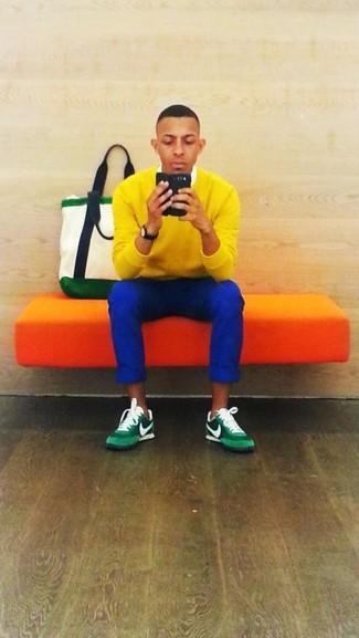 Cómo combinar: deportivas verdes, pantalón chino azul, camisa de vestir blanca, jersey de pico amarillo
