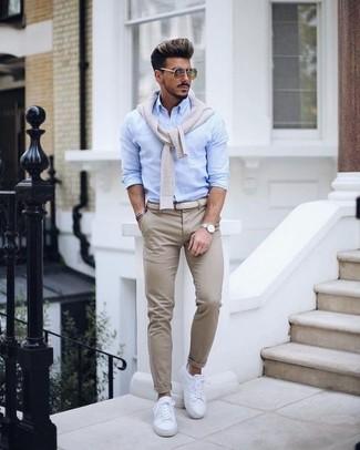 Cómo combinar: tenis de cuero blancos, pantalón chino en beige, camisa de vestir celeste, jersey de pico en beige