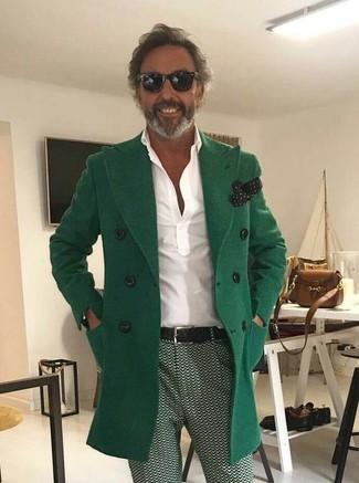 Cómo combinar: pañuelo de bolsillo a lunares en negro y blanco, pantalón chino estampado verde, camisa polo blanca, abrigo largo verde