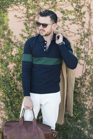Cómo combinar: bolso baúl de cuero en marrón oscuro, pantalón chino blanco, camisa polo de rayas horizontales en azul marino y verde, abrigo largo en beige