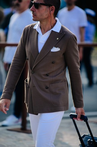 Cómo combinar: pañuelo de bolsillo blanco, pantalón chino blanco, camisa polo blanca, blazer cruzado en marrón oscuro
