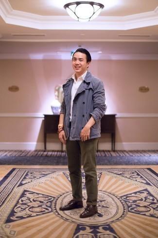 Combinar una camisa polo blanca: Una camisa polo blanca y un pantalón chino verde oliva son prendas que debes tener en tu armario. Con el calzado, sé más clásico y elige un par de zapatos derby de cuero burdeos.