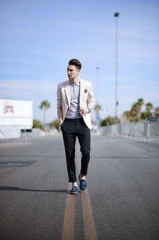 Cómo combinar: mocasín con borlas de ante azul marino, pantalón chino de tartán azul marino, camisa polo celeste, blazer rosado