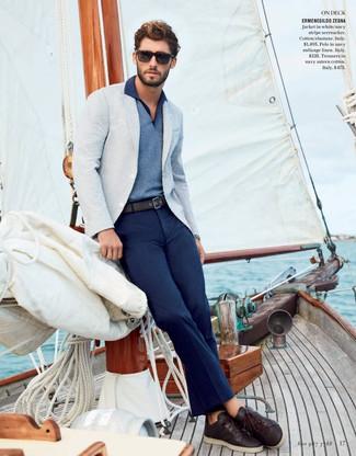 Cómo combinar: tenis de cuero en marrón oscuro, pantalón chino azul marino, camisa polo azul, blazer celeste