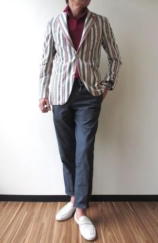 Cómo combinar: mocasín de ante blanco, pantalón chino en gris oscuro, camisa polo burdeos, blazer de algodón de rayas verticales en multicolor