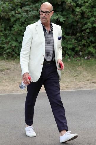 Cómo combinar: tenis de lona blancos, pantalón chino azul marino, camisa polo de rayas horizontales en azul marino y blanco, blazer blanco