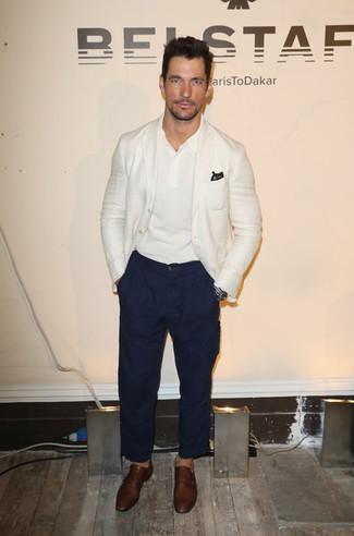 Cómo combinar: zapatos con doble hebilla de cuero marrónes, pantalón chino azul marino, camisa polo blanca, blazer blanco