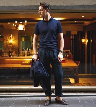 Cómo combinar: mocasín con borlas de cuero en marrón oscuro, pantalón chino de lino azul marino, camisa polo azul marino, blazer azul marino
