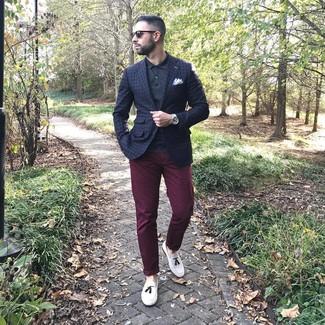 Cómo combinar: mocasín con borlas de cuero blanco, pantalón chino burdeos, camisa polo negra, blazer a cuadros azul marino