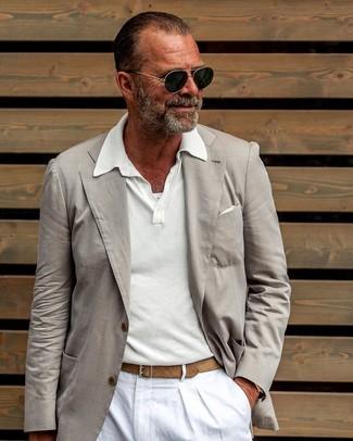 Cómo combinar: pañuelo de bolsillo blanco, pantalón chino de lino blanco, camisa polo blanca, blazer en beige