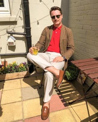 Combinar un mocasín de cuero marrón: Considera ponerse un blazer de algodón marrón y un pantalón chino en beige para un lindo look para el trabajo. Haz mocasín de cuero marrón tu calzado para mostrar tu inteligencia sartorial.