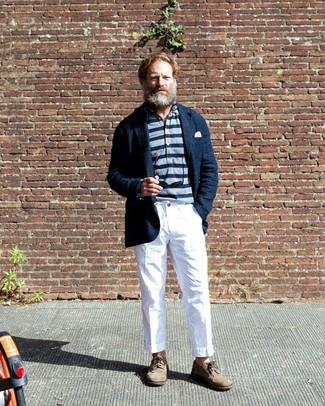 Outfits hombres: Empareja un blazer de lino azul marino con un pantalón chino blanco para el after office. Luce este conjunto con zapatos brogue de ante en beige.