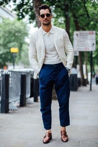 Combinar una chaqueta: Considera emparejar una chaqueta junto a un pantalón chino azul marino para un lindo look para el trabajo. Con el calzado, sé más clásico y completa tu atuendo con zapatos con doble hebilla de cuero marrónes.