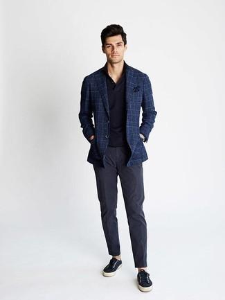 Combinar un pañuelo de bolsillo azul marino para hombres de 30 años: Empareja un blazer de tartán azul marino con un pañuelo de bolsillo azul marino para un look agradable de fin de semana. Dale un toque de elegancia a tu atuendo con un par de tenis de lona azul marino.