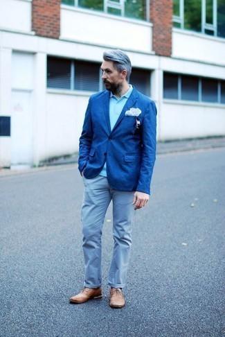 Outfits hombres en verano 2020: Si buscas un look en tendencia pero clásico, haz de un blazer azul y un pantalón chino celeste tu atuendo. Con el calzado, sé más clásico y usa un par de zapatos brogue de cuero marrón claro. ¡Nos gusta mucho el atuendo! Es una opción inspiradora para este próximo verano.