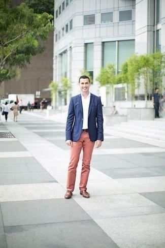 Combinar unos zapatos oxford de cuero marrónes en verano 2020: Considera emparejar un blazer azul marino con un pantalón chino rosado para un lindo look para el trabajo. Con el calzado, sé más clásico y complementa tu atuendo con zapatos oxford de cuero marrónes. ¡Nos gusta el atuendo! Es una idea exitosa para este verano.