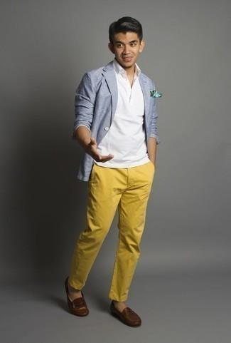Combinar un mocasín de cuero marrón: Empareja un blazer celeste con un pantalón chino mostaza para lograr un estilo informal elegante. ¿Te sientes valiente? Opta por un par de mocasín de cuero marrón.