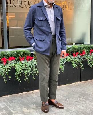 Cómo combinar: mocasín de cuero marrón, pantalón chino verde oliva, camisa polo gris, chaqueta campo de lino azul marino