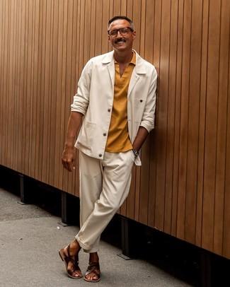 Cómo combinar: sandalias de cuero en marrón oscuro, pantalón chino blanco, camisa polo mostaza, chaqueta estilo camisa blanca