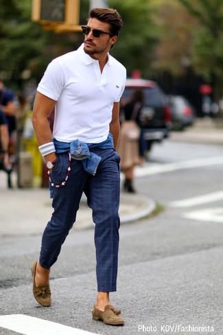 Cómo combinar: mocasín con borlas de ante marrón, pantalón chino de tartán azul marino, camisa polo blanca, chaqueta vaquera azul