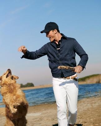 Cómo combinar: gorra de béisbol azul marino, pantalón chino blanco, camisa polo de rayas horizontales azul marino, chaqueta vaquera azul marino