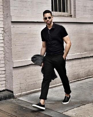 Combinar una camisa polo negra: Considera ponerse una camisa polo negra y un pantalón chino negro para una vestimenta cómoda que queda muy bien junta. Zapatillas slip-on de cuero negras son una opción inmejorable para complementar tu atuendo.
