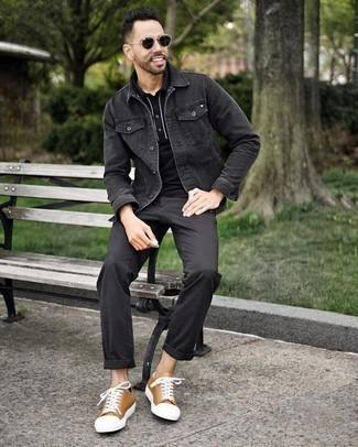 Combinar una camisa polo negra: Considera emparejar una camisa polo negra junto a un pantalón chino negro para una apariencia fácil de vestir para todos los días. Tenis de lona marrón claro son una sencilla forma de complementar tu atuendo.