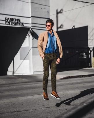 Cómo combinar: zapatillas altas de lona marrón claro, pantalón chino de camuflaje verde oliva, camisa vaquera azul, blazer marrón claro