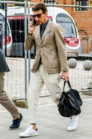 Combinar una correa de cuero negra: Empareja un blazer marrón claro con una correa de cuero negra para un look agradable de fin de semana. Tenis de cuero blancos proporcionarán una estética clásica al conjunto.