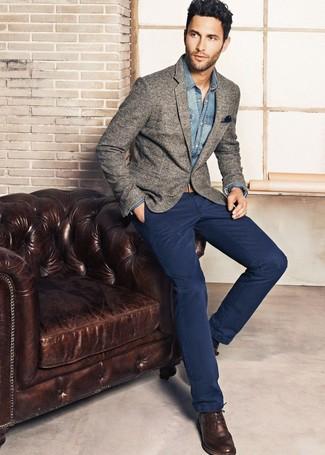 Look de moda: Zapatos brogue de cuero en marrón oscuro, Pantalón chino azul marino, Camisa vaquera azul, Blazer de lana gris