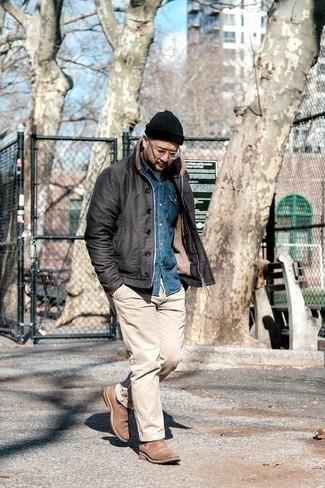 Combinar unos botines chelsea de ante marrón claro: Usa una chaqueta estilo camisa negra y un pantalón chino en beige para un lindo look para el trabajo. Con el calzado, sé más clásico y opta por un par de botines chelsea de ante marrón claro.