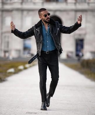 Cómo combinar: botines chelsea de cuero negros, pantalón chino negro, camisa vaquera azul, chaqueta motera de cuero negra
