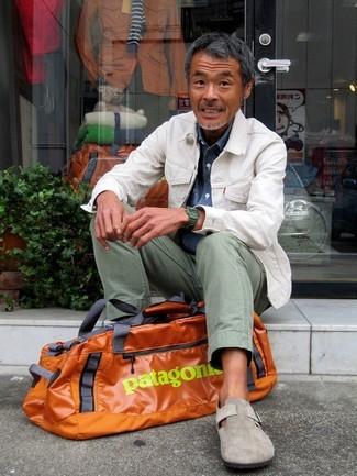 Cómo combinar: zapatos con hebilla de ante grises, pantalón chino en verde menta, camisa vaquera azul, chaqueta vaquera blanca