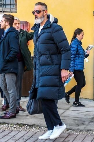 Combinar unos tenis blancos: Ponte un abrigo de plumón azul marino y un pantalón chino azul marino para un almuerzo en domingo con amigos. ¿Quieres elegir un zapato informal? Completa tu atuendo con tenis blancos para el día.