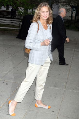 Cómo combinar: bailarinas de cuero naranjas, pantalón chino en beige, camiseta con cuello circular gris, abrigo de tartán gris
