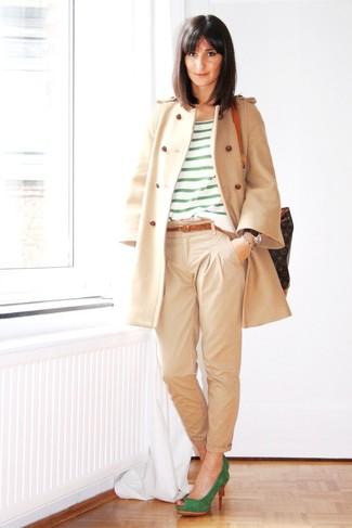 Combinar unos zapatos de tacón verdes: Ponte un abrigo en beige y un pantalón chino en beige para conseguir una apariencia relajada pero chic. Zapatos de tacón verdes son una opción muy buena para complementar tu atuendo.