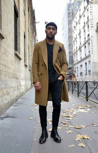Cómo combinar: botas formales de cuero negras, pantalón chino negro, camiseta con cuello circular negra, abrigo largo verde oliva